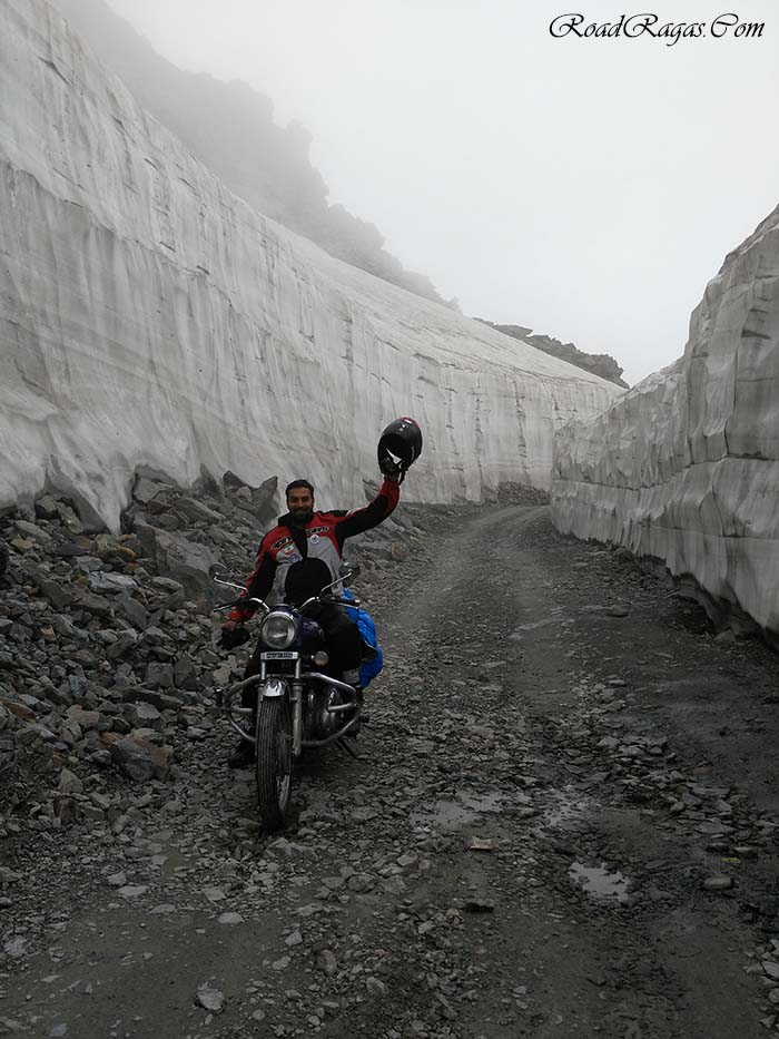snow-wall-at-sach-pass.jpg